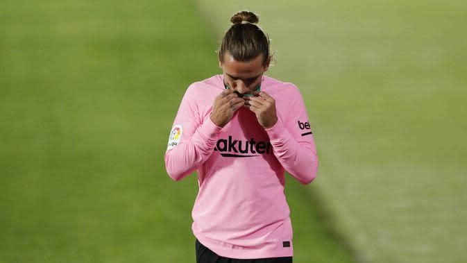 Penyerang Barcelona, Antoine Griezmann, tertunduk lesu usai ditaklukkan Getafe pada laga Liga Spanyol di Stadion Coliseum Alfonso Perez, Minggu (18/10/2020). Barcelona takluk dengan skor 1-0. (AP/Manu Fernandez)