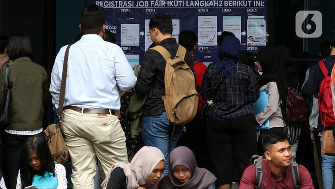 Pencari kerja mencari informasi lowongan pekerjaan saat acara Job Fair di kawasan Jakarta, Rabu (27/11/2019). Job Fair tersebut digelar dengan menawarkan lowongan berbagai sektor untuk mengurangi angka pengangguran. (Liputan6.com/Johan Tallo)