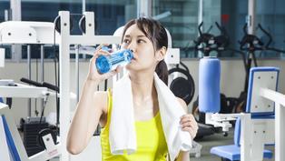「水中毒」嚴重恐昏迷死亡!一天要喝多少水才健康?