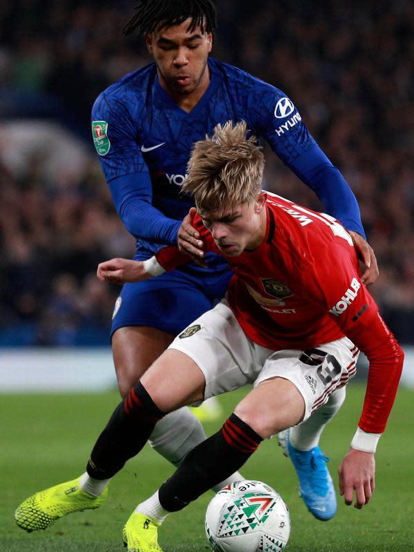 Pemain Chelsea, Reece James berebut bola dengan bek Manchester United, Brandon Williams dalam babak keempat Carabao Cup di Stamford Bridge, Rabu (30/10/2019). MU melaju ke perempat final Carabao Cup setelah membekuk Chelsea 2-1. (AP/Ian Walton)