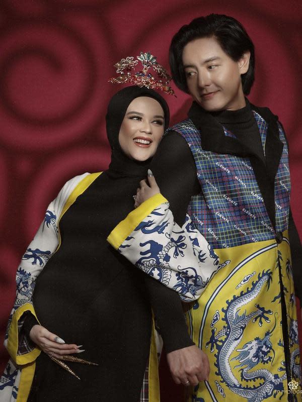 Pakai busana Tionghoa, ini potret maternity shoot Cut Meyriska dan Roger Danuarta. (Sumber: Instagram/@cutratumeyriska)