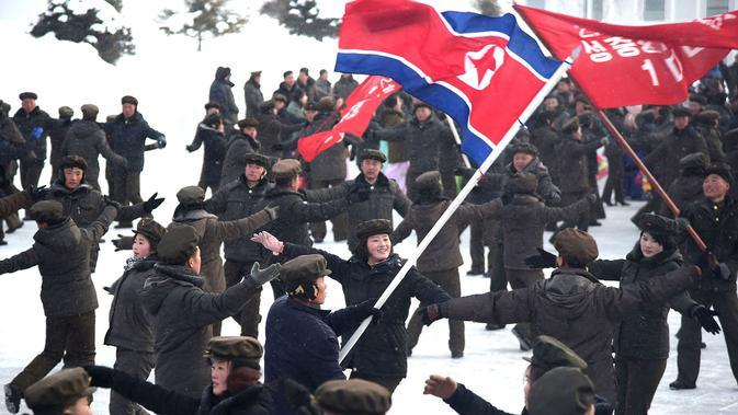Orang-orang menari selama upacara untuk menandai selesainya pembangunan Kota Samjiyon di Korea Utara, Senin (2/12/2019). Samjiyon dibangun untuk menjadi contoh kota sebagai lambang peradaban modern. (STR/AFP/KCNA MELALUI KNS)