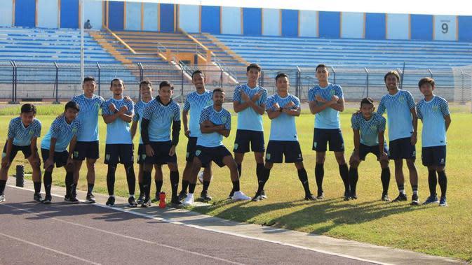 Persela Lamongan saat latihan perdana di Stadion Surajaya, Lamongan, Selasa (1/9/2020). (Bola.com/Nandang Permana)