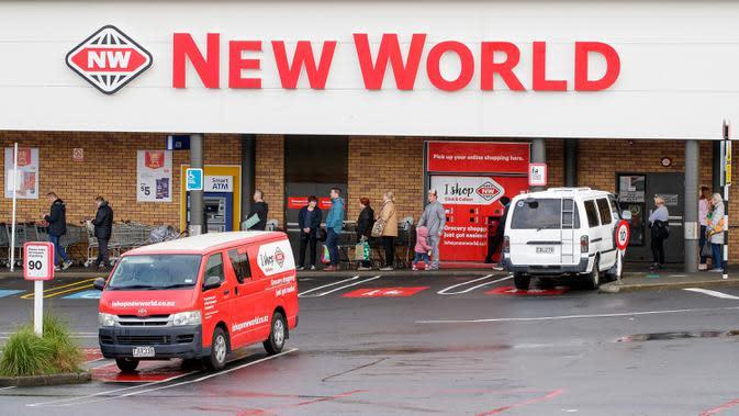 Orang-orang mengantre di luar supermarket di pinggiran kota Devonport di Auckland, Rabu (12/8/2020). Pemerintah Selandia Baru memberlakukan lockdown level 3 di Auckland setelah ditemukan empat kasus baru COVID-19 di kota terbesarnya itu. (DAVID ROWLAND / AFP)