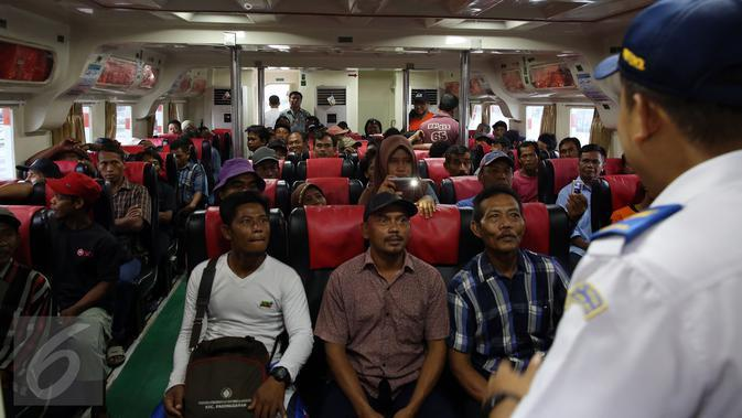 Sejumlah penumpang berada di dalam KM Express Bahari 3B milik PT Pelni (Persero) di Pelabuhan Sunda Kelapa, Jakarta, Selasa (10/1). Kapal motor ini melayani pelayaran rakyat dari Jakarta menuju Kepulauan Seribu. (Liputan6.com/Johan Tallo)