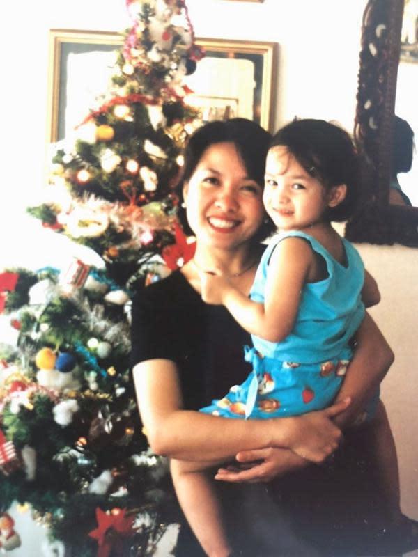 Nah, ini adalah potret masa kecil Chelsea. Tak diketahui pastinya usia berapa, namun kala itu Chelsea digendong sang mama dan berdiri di depan pohon Natal. Sejak kecil sudah menggemaskan dan senyumannya juga memesona. (Instagram/chelseaislan)