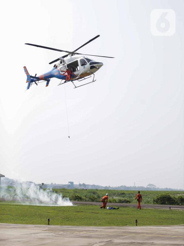 Anggota Polairud bersama tim SAR bersiap mengevakuasi korban bencana saat simulasi pada perayaan HUT ke-69 Polairud di Mako Polairud, Pondok Cabe, Tangerang, Rabu (4/12/2019). Dalam simulasi tersebut turut dikerahkan helikopter hingga anjing K9. (Liputan6.com/Faizal Fanani)