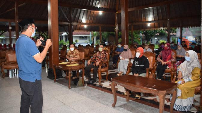 Warga Banyumas rame-rame kembalikan bansos. (Foto: Liputan6.com/Humas Pemkab Banyumas)