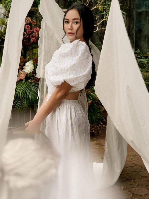 Selain warganet memuji kecantikan istri Eryck Amaral ini, banyak warganet yang mendoakannya Istikamah atau mengenakan hijab selamanya. (Instagram/aurakasih)