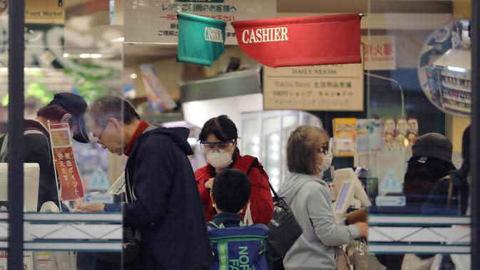 Pelanggan mengantre untuk melakukan pembayaran di sebuah supermarket di Shinagawa-ku di Tokyo, Jepang (8/4/2020). Tidak seperti biasanya, kota-kota besar di Jepang, termasuk ibu kota Tokyo, tampak sepi dengan banyak toko tutup dan hanya sedikit orang berada di jalanan pada Rabu (8/4). (Xinhua/Du Xia