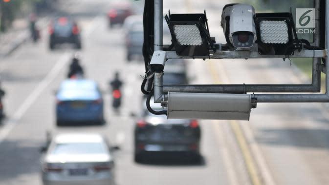 Kamera pengawas atau CCTV sistem Electronic Traffic Law Enforcement (ETLE) terpasang di JPO Jalan Medan Merdeka Barat, Jakarta, Senin (1/7/2019). Direktorat Lalu Lintas Polda Metro Jaya menambah 10 titik baru penempatan kamera CCTV untuk penilangan sistem ETLE. (merdeka.com/Iqbal Nugroho)