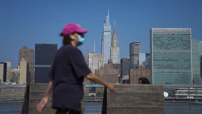 Pejalan kaki berjalan dengan latar belakang gedung pencakar langit Manhattan di New York, Amerika Serikat, Minggu (9/8/2020). Menurut Center for Systems Science and Engineering di Universitas Johns Hopkins kasus COVID-19 di Amerika Serikat melampaui angka 5 juta pada Minggu (9/8). (Xinhua/Wang Ying)