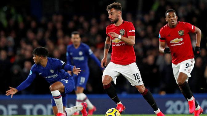 Gelandang Manchester United, Bruno Fernandes, berkontribusi membantu timnya menang 2-0 atas Chelsea pada laga pekan ke-26 Premier League di Stamford Bridge, Senin (17/2/2020). (AFP/Adrian Dennis)