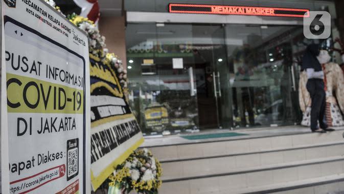 Petugas berada di depan Kantor Kecamatan Kelapa Gading, Jakarta, Senin (21/9/2020). Kantor Kecamatan Kelapa Gading ditutup sementara selama 3 hari hingga Rabu (23/9) mendatang, pasca meninggalnya Camat Kelapa Gading, M Harmawan akibat COVID-19. (merdeka.com/Iqbal Nugroho)
