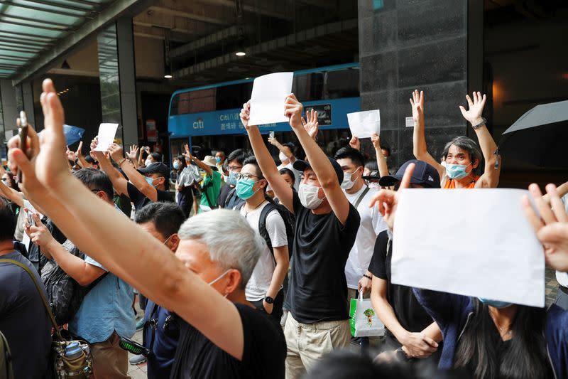 UK suspends Hong Kong extradition treaty, stoking China tensions