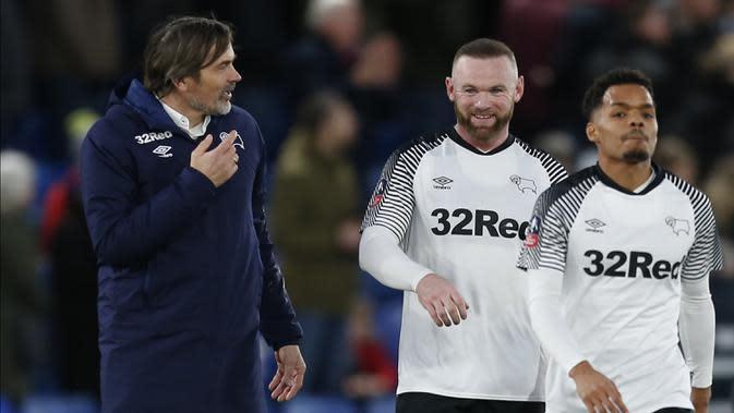 Manajer Derby County, Phillip Cocu, berdiskusi dengan Wayne Rooney usai laga Piala FA di Stadion Selhurst Park, London, Minggu (5/1). Palace kalah 0-1 dari Derby. (AFP/Ian Kington)