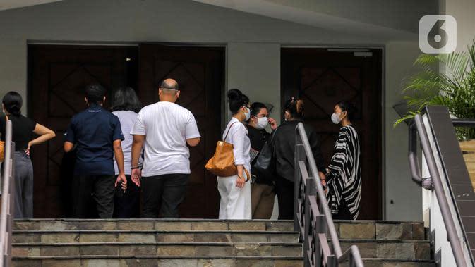 Suasana pelayat pelepasan jenazah Glenn Fredly di Gereja Sumber Kasih, Lebak Bulus, Jakarta, Kamis (9/4/2020). Gleen Fredly meninggal akibat penyakit meningitis. (Liputan6.com/Faizal Fanani)