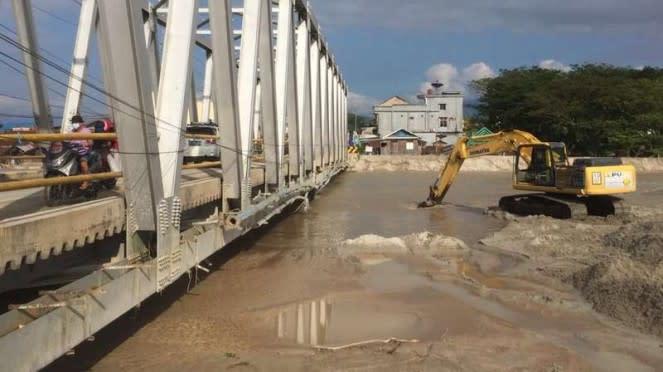 Kegiatan pengerukan pasir yang memenuhi Sungai Masamba pasca banjir bandang
