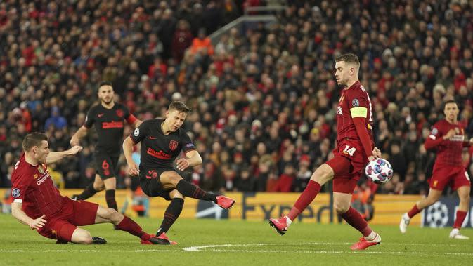 Penyerang Atletico Madrid, Marcos Llorente, mencetak gol ke gawang Liverpool pada laga Liga Champions di Stadion Anfield, Rabu (11/3/2020). Liverpool takluk 2-3 dari Atletico Madrid. (AP/Jon Super)