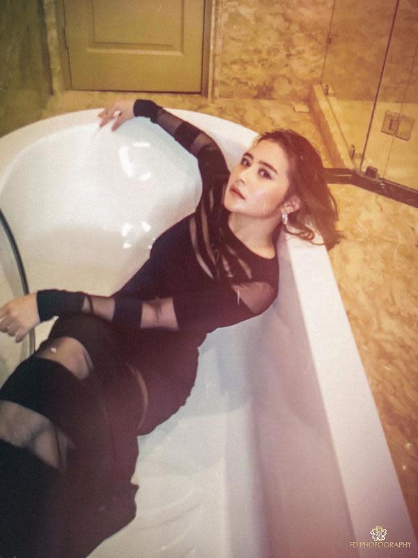 Selama di rumah aja, Prilly juga sering melakukan sesi foto virtual di rumahnya. Seperti yang satu ini, Prilly berada di bathtub di kamar mandinya. Mewah banget kan kamar mandinya? (Instagram/prillylatuconsina96)