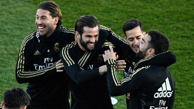 Pemain Real Madrid, Sergio Ramos, Nacho Fernandez, pemain Lucas Vazquez dan Dani Carvajal menghadiri sesi latihan terbuka untuk umum di fasilitas latihan Ciudad Real Madrid, Valdebebas, Senin (30/12/2019). Real Madrid akan menghadapi Getafe pada pertandingan La Liga di laga pembuka tahun 2020. (OSCA
