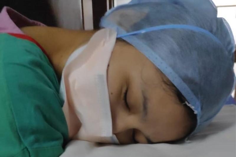 Nurse treating Covid 19 patient
