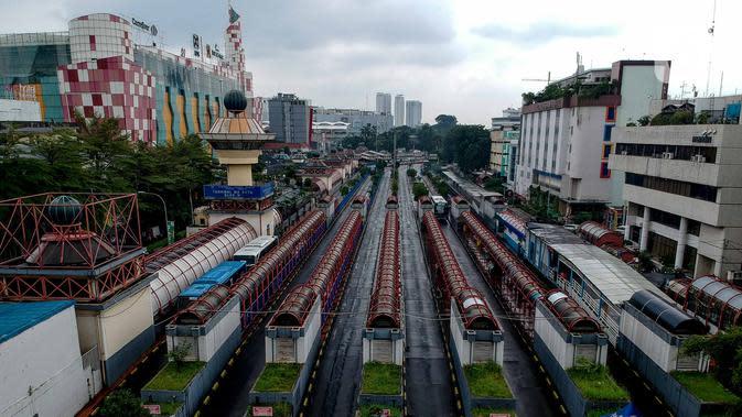 Suasana kawasan Terminal Blok M, Jakarta, Selasa (24/3/2020). Pemprov DKI Jakarta membatasi aktivitas warga diluar rumah untuk mencegah penyebaran Covid-19 di ruang publik. (Liputan6.com/Faizal Fanani)