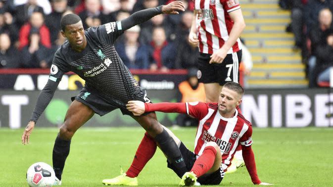 Gelandang Liverpool, Georginio Wijnaldum, berusaha melewati pemain Sheffield United pada laga Premier League di Stadion Bramall Lane, Sabtu (28/9). Liverpool menang 1-0 atas Sheffield United. (AP/Rui Vieira)