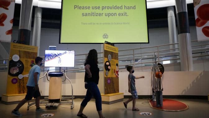 Sebuah pengumuman dipasang untuk mengingatkan pengunjung agar membersihkan tangan di Science World di Vancouver, British Columbia, Kanada (23/7/2020). Science World memberikan tiket gratis sebelum pembukaan kembali secara resmi sebagai ungkapan terima kasih atas kontribusi mereka. (Xinhua/Liang Sen)