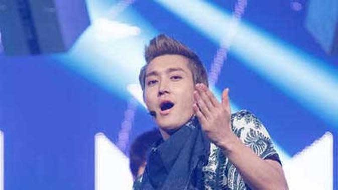 Siwon Super Junior memakai batik. (dok.Twitter @sujufor_elfindo/https://twitter.com/sujufor_elfindo/status/717747471984631808/Henry)