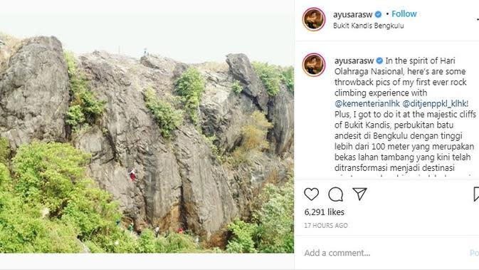 Aksi Puteri Indonesia Lingkungan 2020 Putu Ayu Saraswati ketika memanjat Bukit Kandis di Bengkulu. (dok. Instagram @ayusarasw/https://www.instagram.com/p/CE6asYUsq0q/?hl=en