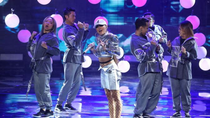 Pada tahun 2019 lalu, Agnez berhasil mengalahkan para penyanyi internasional dengan membawa pulang penghargaan dalam nominasi Social Star World. (Adrian Putra/Fimela.com)