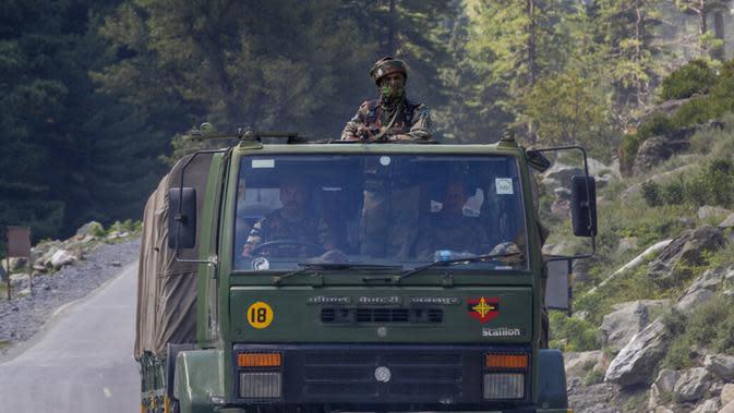 Konvoi tentara India bergerak di Jalan Raya Srinagar-Ladakh, Gagangeer, Srinagar, Kashmir, India, Rabu (9/9/2020). India dan China terlibat dalam kebuntuan yang menegangkan di wilayah gurun dingin Ladakh sejak Mei lalu. (AP Photo/Dar Yasin)