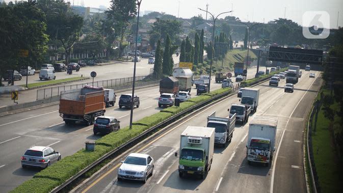 Kendaraan melintasi ruas jalan tol di Jakarta, Selasa (19/5/2020). PT Jasa Marga (Persero) Tbk memprediksi volume lalu lintas selama Lebaran akan mengalami penurunan signifikan sebesar 62,5 persen untuk pra Idul Fitri akibat larangan mudik selama pandemi COVID-19. (Liputan6.com/Immanuel Antonius)