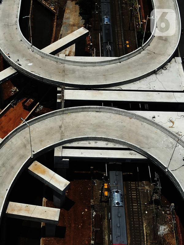 Foto dari udara proyek pembangunan jalan Flyover Tanjung Barat, Jakarta, Kamis (1/10/2020). Pembangunan dua flyover tersebut diharapkan bisa membantu pengendara terhindar dari kecelakaan dan mengurangi simpul kemacetan di jalur pelintasan KA Lenteng Agung dan Tanjung Barat. (merdeka.com/Imam Buhori)