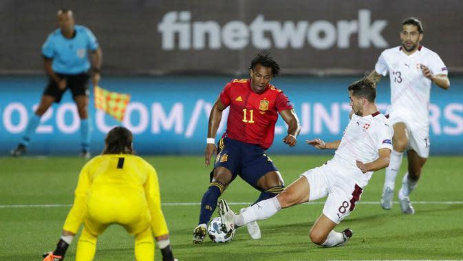 Penyerang Spanyol, Adama Traore, berusaha melewati pemain Swiss pada laga UEFA Nations League di Stadion Alfredo di Stefano, Minggu (11/10/2020). Spanyol menang dengan skor 1-0. (AP Photo/Manu Fernandez)