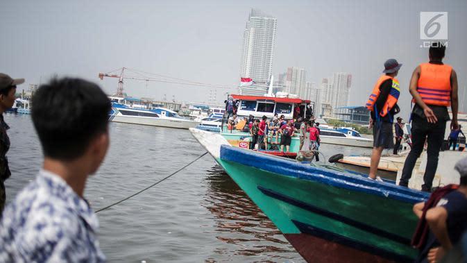 Wisatawan menaiki kapal menuju Kepulauan Seribu di Pelabuhan Kali Adem, Muara Angke, Jakarta, Sabtu (8/6/2019). Beberapa pulau di wilayah Kepulauan Seribu menjadi pilihan favorit banyak warga Ibu Kota dan sekitarnya yang memanfaatkan momen liburan Lebaran. (Liputan6.com/Faizal Fanani)