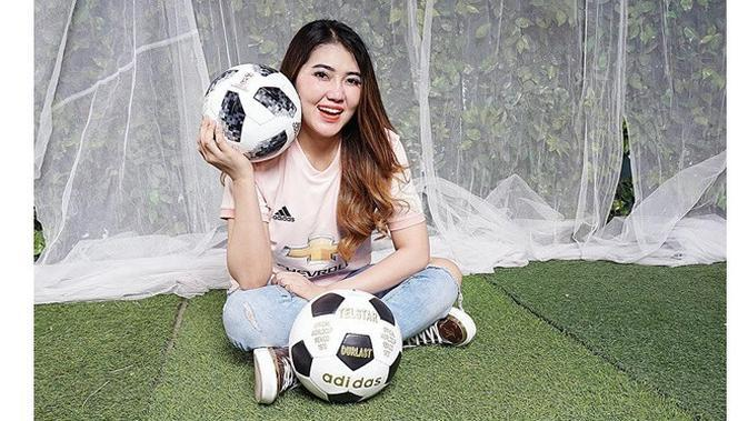 5 Pesona Via Vallen Pakai Jersey Sepak Bola, Tetap Cantik Memesona (Sumber: Instagram/@viavallen)