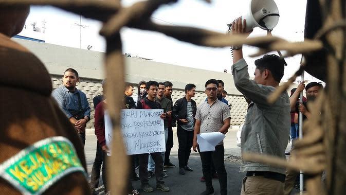 Unjuk rasa menuntut penuntasan sejumlah kasus korupsi mangkrak berlangsung di Kantor Kejati Sulsel (Liputan6.com/ Eka Hakim)