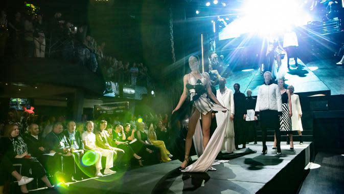 Para model menampilkan kreasi busana dalam kompetisi perancang busana muda Couture Fashion Show di Moskow, Rusia, pada 24 September 2020. Lebih dari 30 perancang busana berpartisipasi dalam kompetisi tersebut. (Xinhua/Alexander Zemlianichenko Jr.)