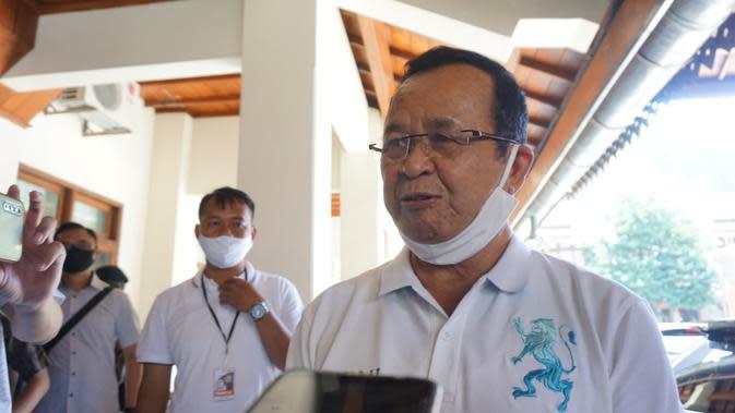 Wakil Wali Kota Solo Achmad Purnomo dengan tampilan barunya tanpa kumis dan jenggot setelah tidak terpilih sebagai calon wali kota Solo hasil rekomendasi PDIP, Sabtu (18/7).(Liputan6.com/Fajar Abrori)