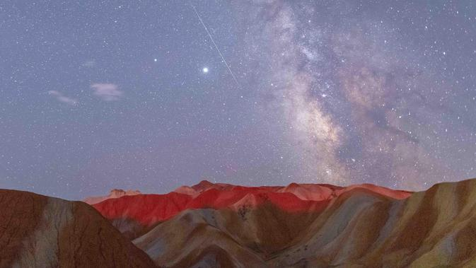 Foto eksposur panjang yang diabadikan pada 12 Agustus 2020 ini menunjukkan hujan meteor Perseid di Taman Geologi Nasional Danxia Zhangye di Zhangye, Provinsi Gansu, China barat laut. (Xinhua/Zhong Xiaoliang)