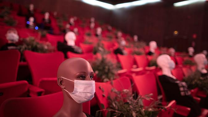 Maneken dengan mengenakan masker diletakkan untuk memberikan jarak sosial di sebuah teater di Madrid, Spanyol pada 17 Juni 2020. Maneken-maneken tersebut disiapkan sebagai pemberi jarak bagi para penonton yang sedang melaksanakan physical distancing. (AP Photo/Manu Fernandez)