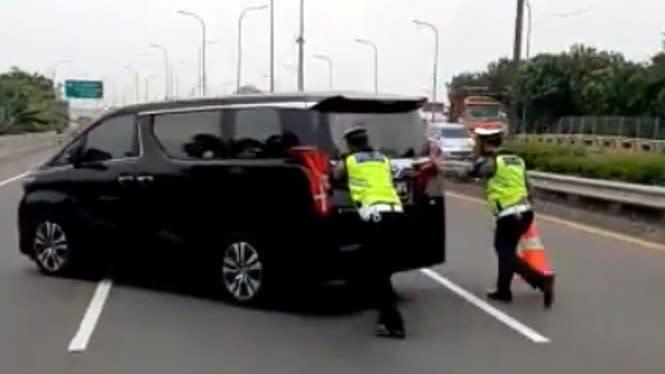 Polisi Dorong Mobil Rp1 Miliar Bikin Netizen Bingung