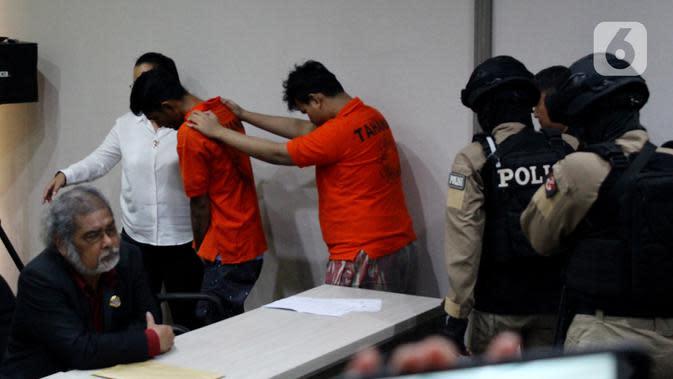 Pelaku kasus prostitusi online di Apartemen Kalibata City dihadirkan dalam konferensi pers di Polres Metro Jakarta Selatan, Rabu (29/1/2020). Pelaku dikenakan UU Nomor 35 Tahun 2004 tentang Perlindungan Anak dengan ancaman hukuman penjara 10 tahun. (merdeka.com/Magang/Muhammad Fayyadh)