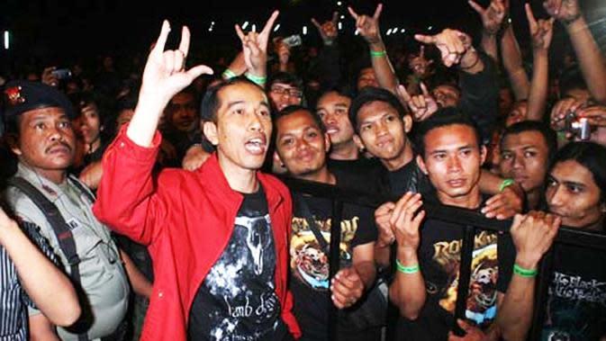 Jokowi saat menonton konser musik metal. (Liputan6.com)