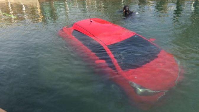 Sebuah mobil harus terjun ke teluk beku setelah mengikuti rute yang ditunjukkan oleh aplikasi navigasi.