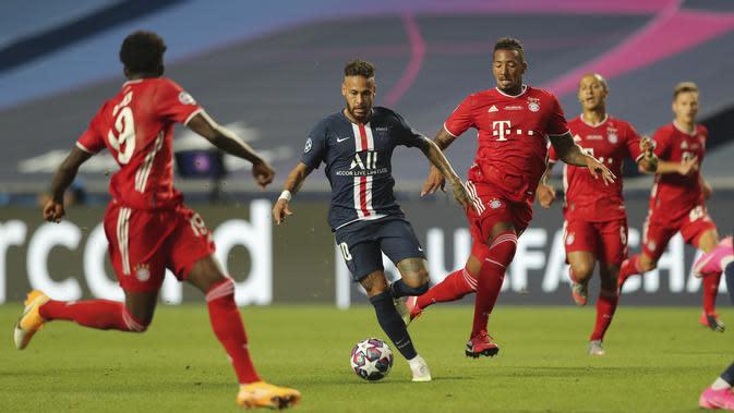 Neymar PSG, kiri ke-2, mengontrol bola saat pertandingan final Liga Champions antara Paris Saint-Germain dan Bayern Munich di stadion Luz di Lisbon, Portugal, Minggu, 23 Agustus 2020. (Miguel A. Lopes / Pool via AP )