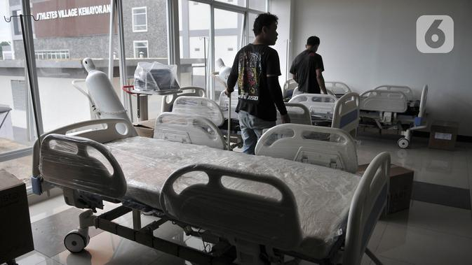 Petugas menyiapkan perlengkapan ruang isolasi Rumah Sakit Darurat Penanganan COVID-19 di Wisma Atlet, Kemayoran, Jakarta, Minggu (22/3/2019). RS Darurat Penanganan COVID-19 siap dioperasikan besok. (merdeka.com/Iqbal S. Nugroho)