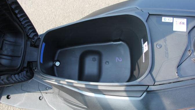 Bagasi penyimpanan barang all-new Honda BeAT kini lebih luas dengan kapasitas 12 liter. (Liputan6.com)